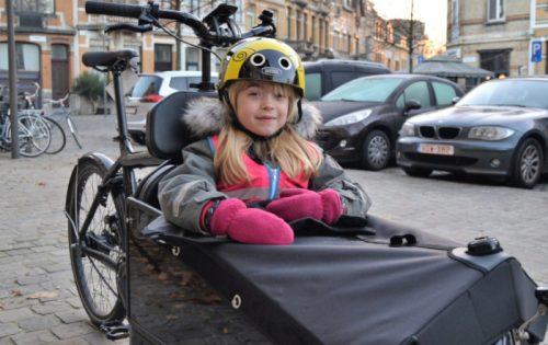 Stéphanie test veiligheid op de fiets