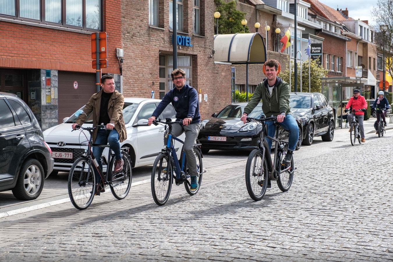 Koen Metsu fietst met Pieter en Thomas de fietsroute door Edegem. Benoit De Freine/Het Laatste Nieuws